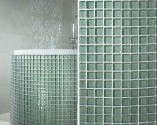 Mozaikowe, szklane zaokrąglenia obudowy wanny