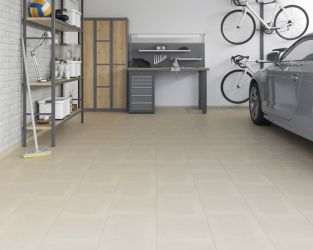 Szare płytki w nowoczesnym i funkcjonalnym garażu