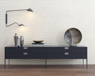 Efektowne strukturalne płytki na ścianie w salonie