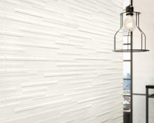 Poziome linie, światło i metal w industrialnej łazience