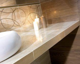 Beżowo-brązowa łazienka z metalizowanymi dekoracjami