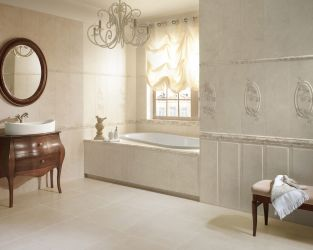Pałacowa, subtelna klasyka w jasnej łazience