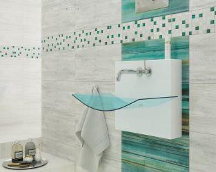 Szklane dekoracje na ścianie w łazience