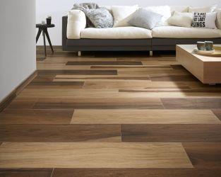 Przestronny, przytulny salon z drewnopodobną podłogą