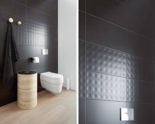 Przyjazna nowoczesność biało-grafitowej łazienki z drewnem