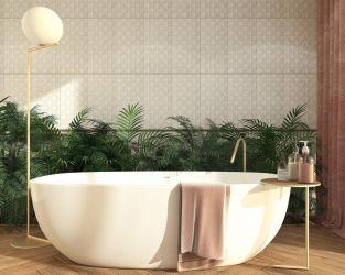Białe strukturalne ściany i drewniana podłoga w łazience dla dwojga