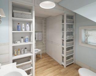 Jasna łazienka na poddaszu - drewno i delikatny wzór