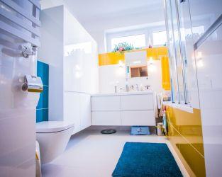 Biel, błękit i żółcień w małej łazience