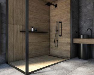Chmurna szarość ceramiki i efekt drewna w niedużej łazience z kabiną prysznicową