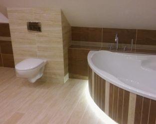Marmurowo-brązowa łazienka na poddaszu z narożną wanną