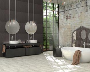 """Mariaż """"dawnego"""" z """"nowoczesnym"""" w przestronnej łazience z dużym oknem"""