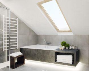 Szara łazienka z oknem dachowym