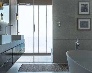 Kamienna biel, drewno i modna szarość w funkcjonalnej łazience