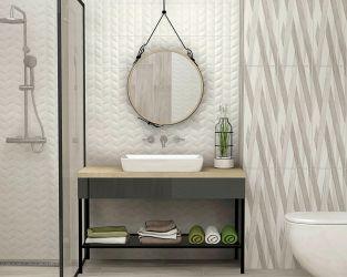 Gra struktur w jasnej, niedużej łazience z lustrem na pasku