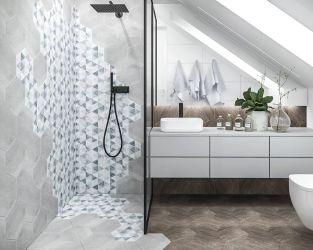Jasna łazienka na poddaszu z płytkami heksagonalnymi